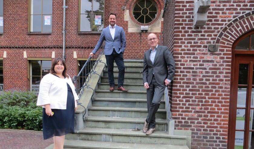 <p>Wethouder Elvira Schepers, Alexander van der Graaff en Frank Tillmann voor het oude raadhuis, waar het Grensland College HBO-opleidingen zal verzorgen. Foto: Bernhard Harfsterkamp</p>