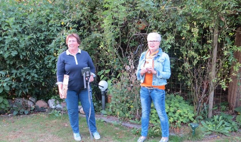 Vlok van Harten en Henny van Suilinchem met de wildcamera. Foto: Bernhard Harfsterkamp