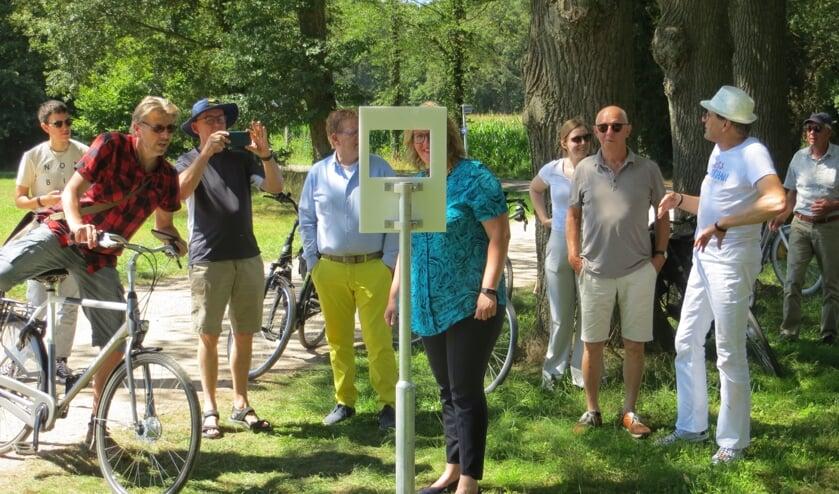 Wethouder Inge Klein Gunnewiek kijkt door een kader naar een plek, zoals Mondriaan die geschilderd zou kunnen hebben. Foto: Bernhard Harfsterkamp