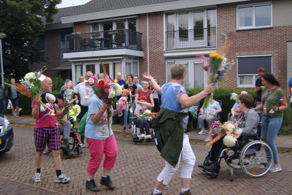 Er werd ook gedanst bij de binnenkomst. Foto: Eva Schipper  © Achterhoek Nieuws b.v.