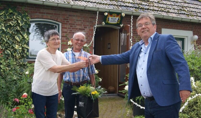 Loco-burgemeester Joop Wikkerink komt langs met een bos bloemen bij bruidspaar Te Lindert. Foto Eva Schipper