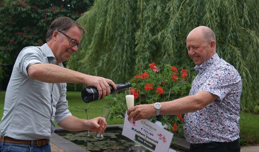 Bart Stijntjes schenkt de champagne in voor Hans Onstenk. Foto: Eva Schipper