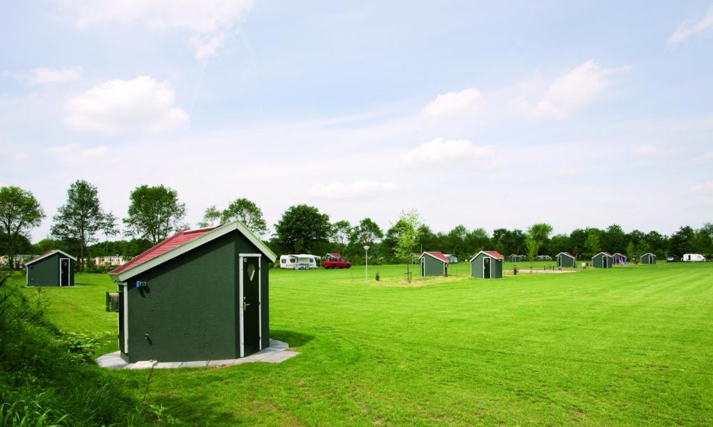 Bij De Twee Bruggen in Winterswijk zijn kampeerplekken met privé-sanitair met een eigen douche, wc en wastafel. Foto: Joost Berndes / Loods B  © Achterhoek Nieuws b.v.