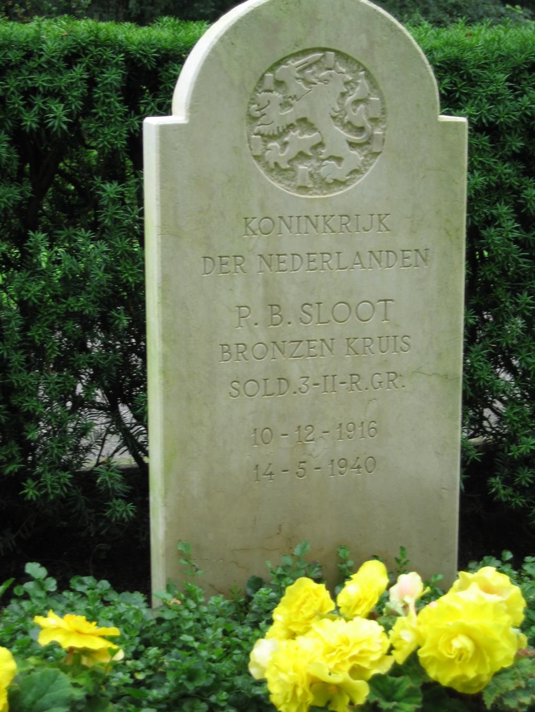 De steen op Piets graf op Ereveld op de Grebbeberg.  © Achterhoek Nieuws b.v.