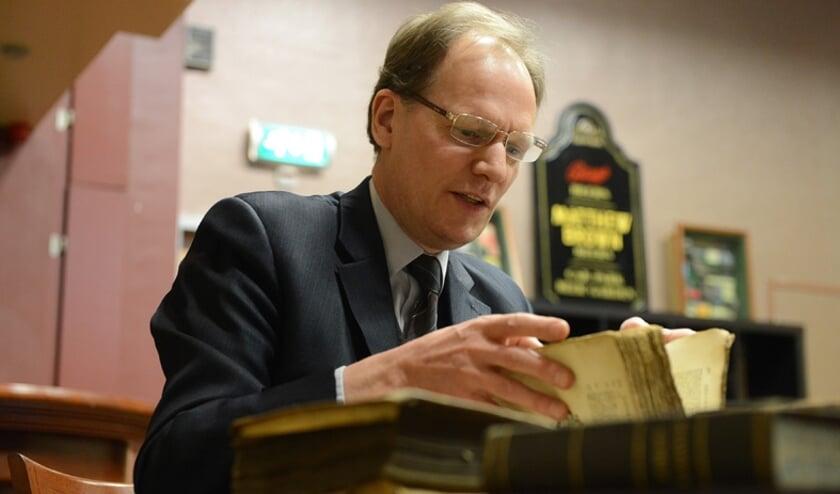 Arie Molendijk taxeert boeken. Foto: PR