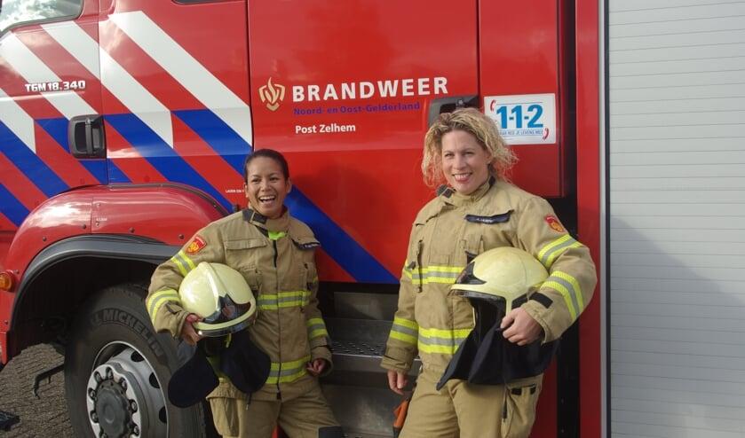 Adinda de Heus en Arianne Holtman zijn deze week toegetreden tot het Zelhemse brandweerkorps. Foto: Mirjam Rensink
