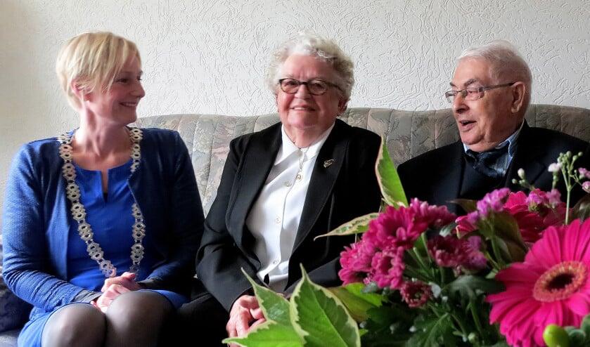 Het briljanten echtpaar Eenink met burgemeester Marianne Besselink. Foto: Alice Rouwhorst