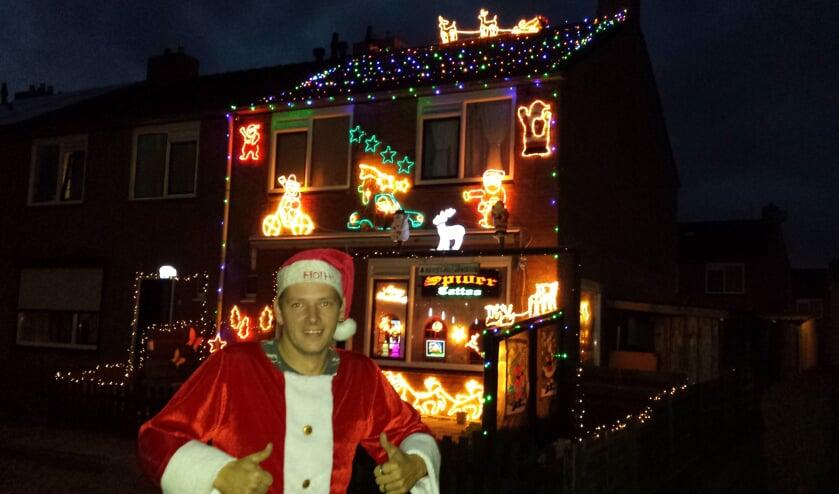 Dennis van Hagen voor zijn kersthuis. Foto: PR