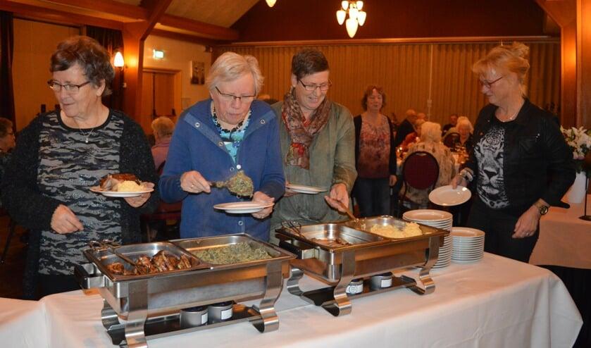 Bij het buffet Riekie (m.) en Anneke en de andere bestuursleden. Foto: PR