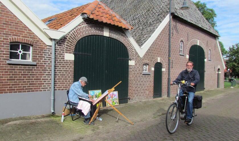 Nico Nijkamp schilderde deze week voor filmopnames al op locatie bij de monumentale boerderijen langs de Dorpsstraat in Gelselaar.