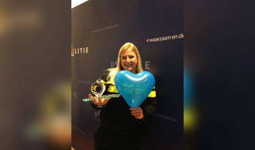 Henrieke Schoonekamp toont haar 'blauwe hart'. Foto: Politie