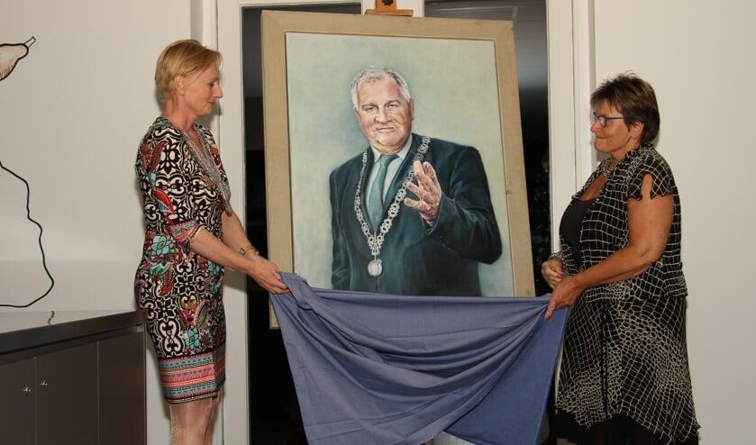 Burgemeester Marianne Besselink onthult met Wilma Aalderink het aquarel van Henk Aalderink. Foto: Liesbeth Spaansen