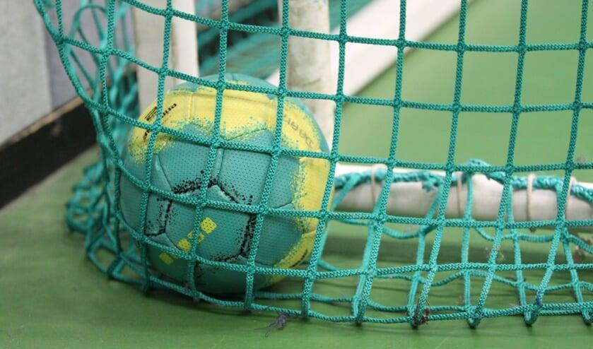 <p>De bal van Handbalvereniging SV Quintus blijft voorlopig stil liggen. Foto: Liesbeth Spaansen</p>