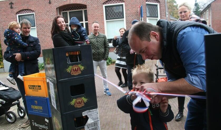 Jan en zoon Huub knippen het lint door. Foto: Kyra Broshuis