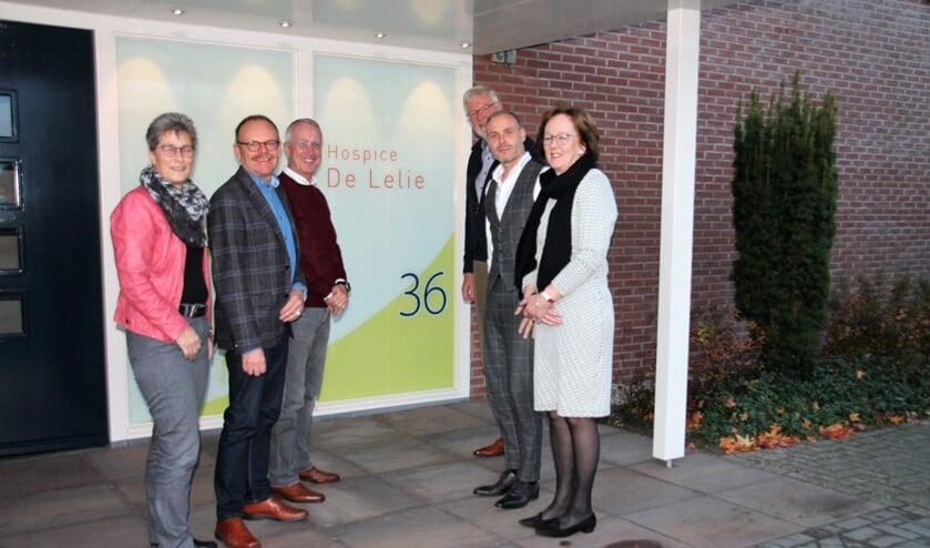 Bestuursleden van hospicegroep De Lelie, organisator Mike Timmer (tweede van rechts) en coördinatoren Janny Stronks en Joke Verwey. Foto Lydia ter Welle