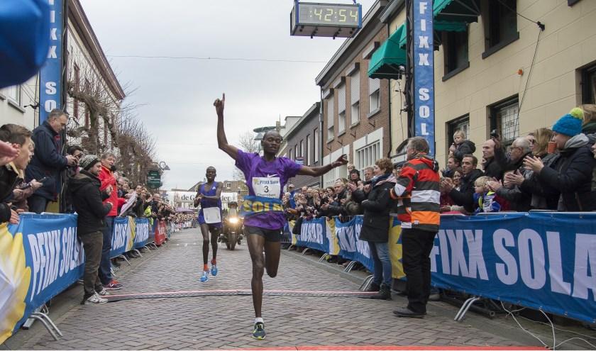 Winnaar Abraham Cheroben passeert de finish. Foto: AchterhoekFoto/Henk den Brok
