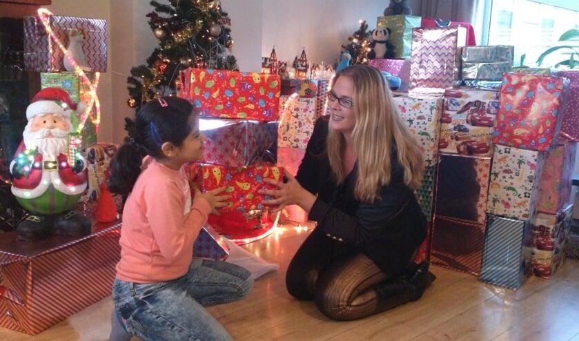Ingrid Bravenboer vindt het leuk om kinderen blij te zien zijn met een cadeautje. Foto: eigen foto