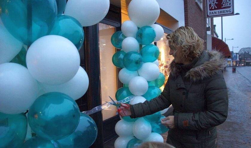 Middels het doorknippen van het lintje werd de kapsalon officieel geopend. Foto: Bernadet te Velthuis