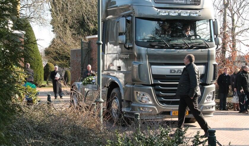 De vrachtwagen is gearriveerd bij de Algemene Begraafplaats in Winterswijk.