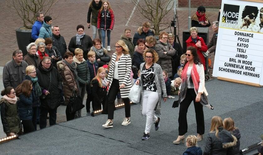 Geen modeshow dit jaar in Groenlo. Wél is de nieuwe najaarscollectie volop aanwezig in de winkels tijdens de open zondag. Foto: Kyra Broshuis/archief Achterhoek Nieuws