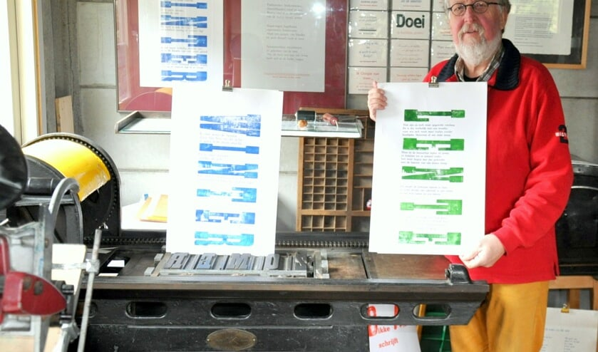 Arie Niks toont trots zijn nieuwste drukwerk.  Foto: Ina Timmer