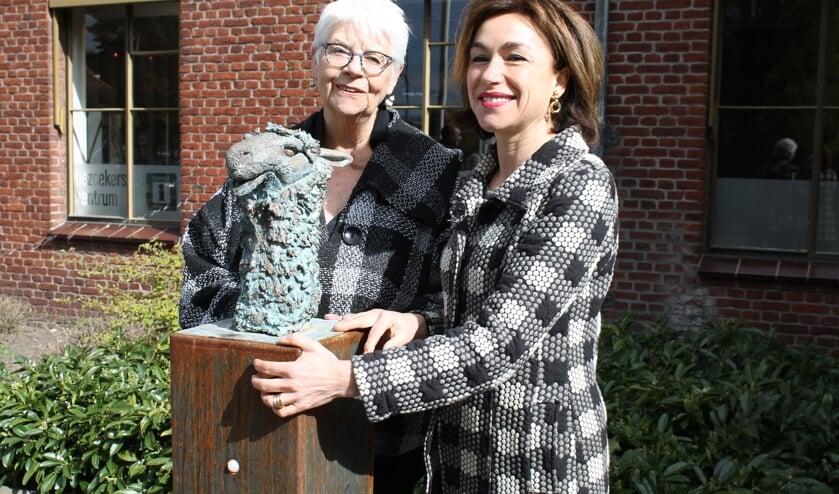 Carla Aalberts (links) en Babette Degraeve bij het beeld van de lama. Foto: Bart Kraan