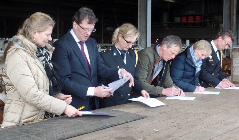 De ondertekening van de verklaring vond op een platte wagen in de ligboxenstal plaats. Foto: Jan Hendriksen.