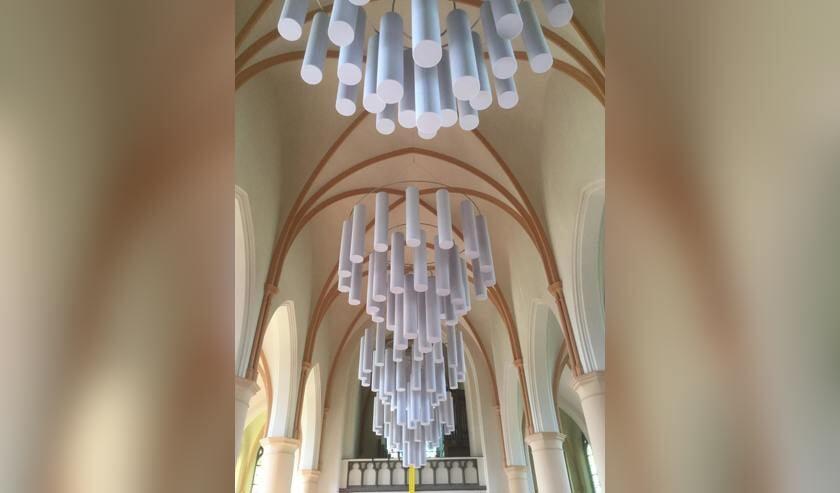 Een voorbeeld van het omvormen van kerk naar een multifunctionele ruimte zijn de akoestische kroonluchters met cilinders die de nagalm in het Martinushuus aanzienlijk verminderen. Foto: PR