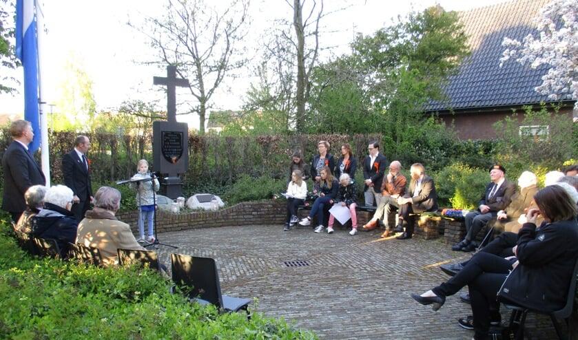 Tijdens de 4 mei herdenking vertelt Frederike Onstenk het verhaal van Mies Nijman. Foto: Liesbeth Spaansen