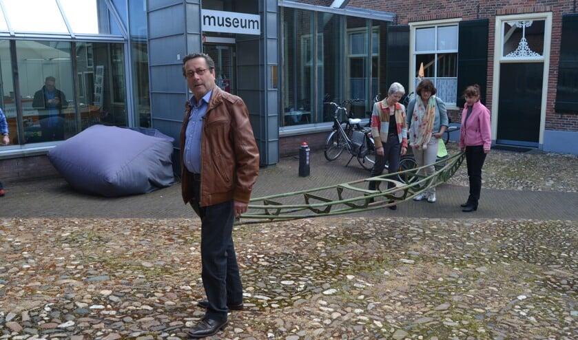 Huub Konings en Martine Timmerman arriveren met de kajak bij de Aaltense Musea. Foto: Karin Stronks