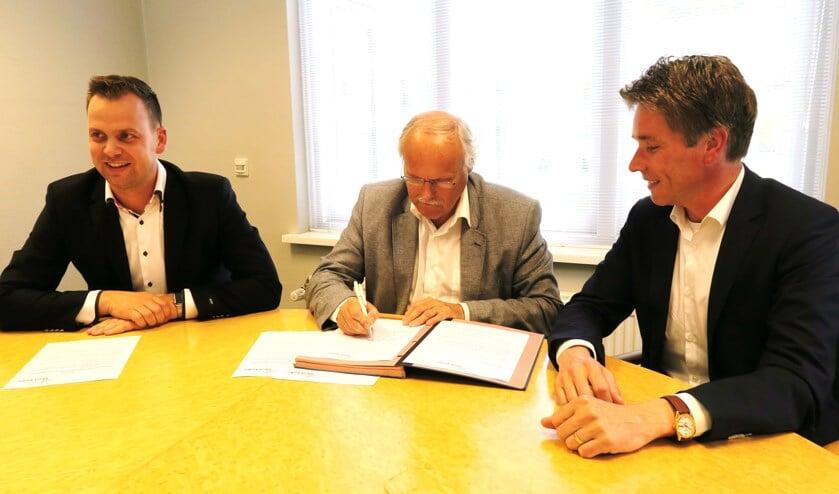 De ondertekening van het contract met vlnr: Bart Wopereis, René Hoijtink en Koen Knufing. Foto: Theo Huijskes.