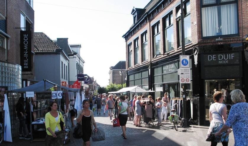 Om het winkelend publiek de ruimte te geven en ook meer ruimte te creëren voor terrassen voor de horeca, verhuist de zaterdagse warenmarkt naar de omgeving Roelvinkstraat en Spoorstraat. Foto: Archief Achterhoek Nieuws - Bernhard Harfsterkamp