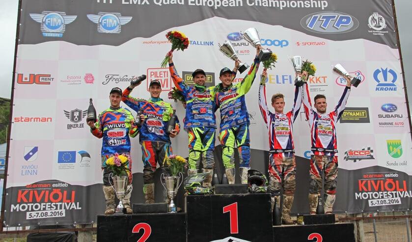 Koen Hermans en Kenny van Gaalen (r) op het podium in Kivioli. Foto: Rik Claeys, Sidecarcross.be