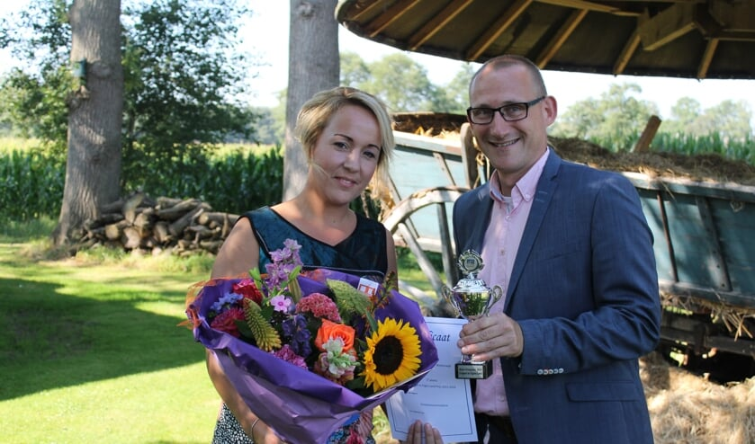 Wethouder Gert-Jan te Gronde reikt de prijs uit aan Dianne Schutte, eigenaar van Kom in de Bedstee. Foto: Leo van der Linde