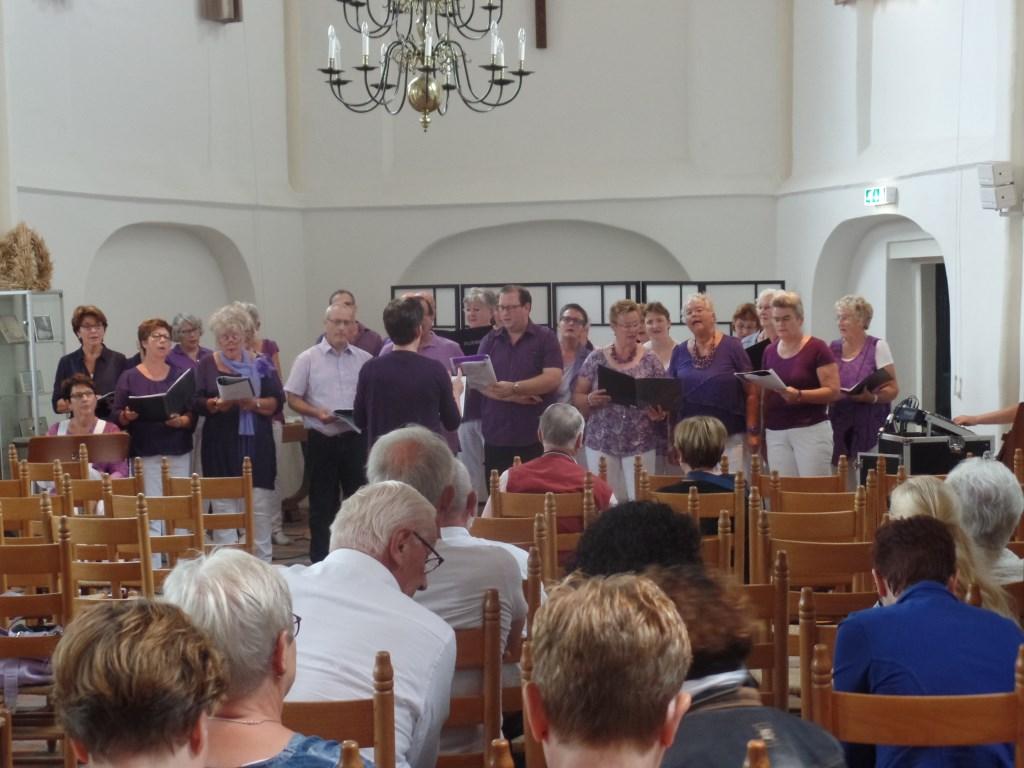 Schouder aan Schouder uit Ruurlo was een van de zeventien deelnemende koren aan de Berkellandkorendag. Foto: Jan Hendriksen,  © Achterhoek Nieuws b.v.