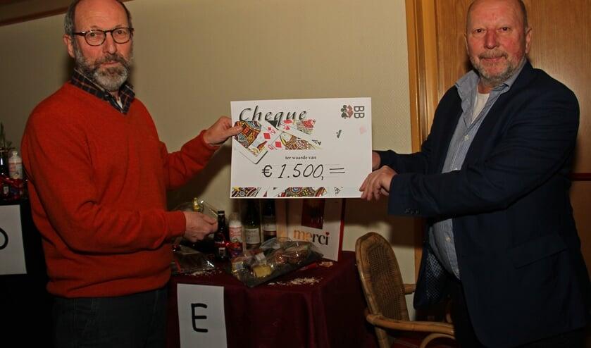 Joop Rutten (l.) overhandigt de cheque aan Marti Bulten. Foto: Liesbeth Spaansen