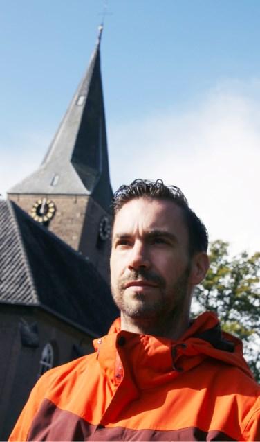 Marc Weikamp bij het kerkje van Almen. Foto's: Gerwin Nijkamp