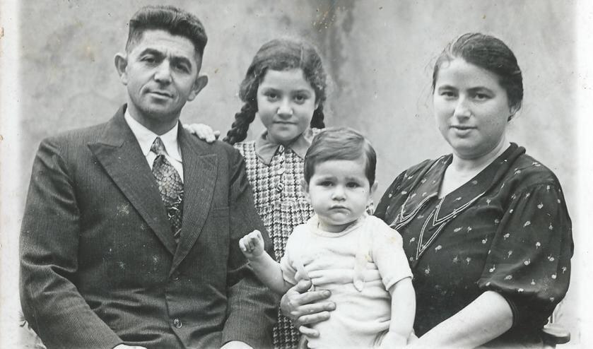 Het gezin Van Gelder in 1938. Van links af Aron David van Elly van Gelder, Jope (Jozef) van Gelder, Sientje van Gelder-Weiler. Foto: PR