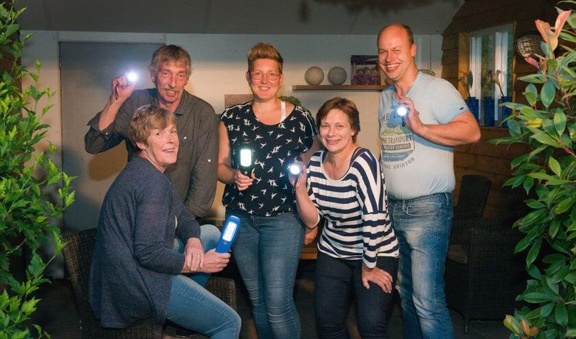 De commissieleden van 'Broek en Bruil verlicht' schijnen als voorbode een  'lichtje'.  V.l.n.r.: José Lageschaar, Jan Vruggink, Linda Oltthuis, Marian Nieuwenhave en Erwin Sprukkelhorst. Foto: PR