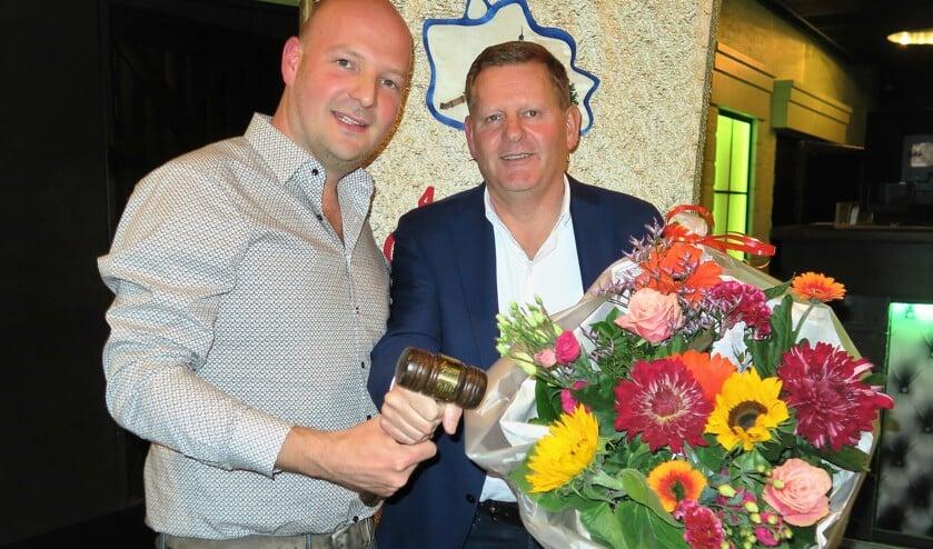 Rob Stokkers (rechts) overhandigt de voorzittershamer van CV De Knunnekes aan Maarten Kooiker. Foto: Theo Huijskes