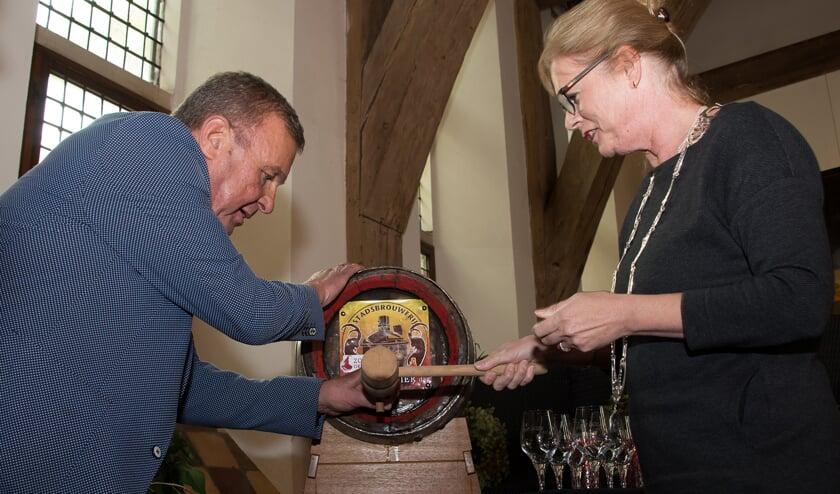 Onder toeziend oog van Cor ten Barge slaat burgemeester Vermeulen het eerste vat bokbier aan. Foto: Willem Feith