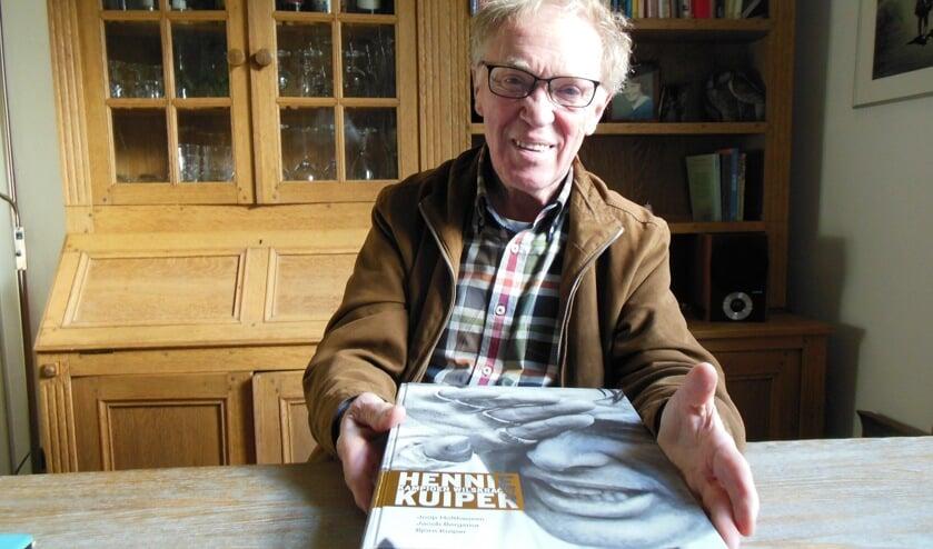 De klus is geklaard. Met 'Hennie Kuiper Kampioen Wilskracht' eert Bronkhorstenaar Joop Holthausen opnieuw een groot wielrenner. Foto: Eric Klop
