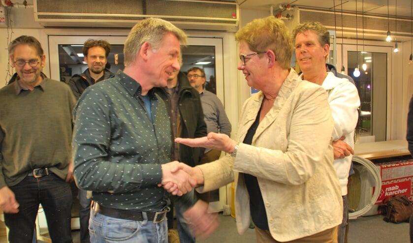Wethouder Coby Pennings (r) wenst Marco van Deutekom veel succes als coördinator van de Energiewinkel. Foto: PR