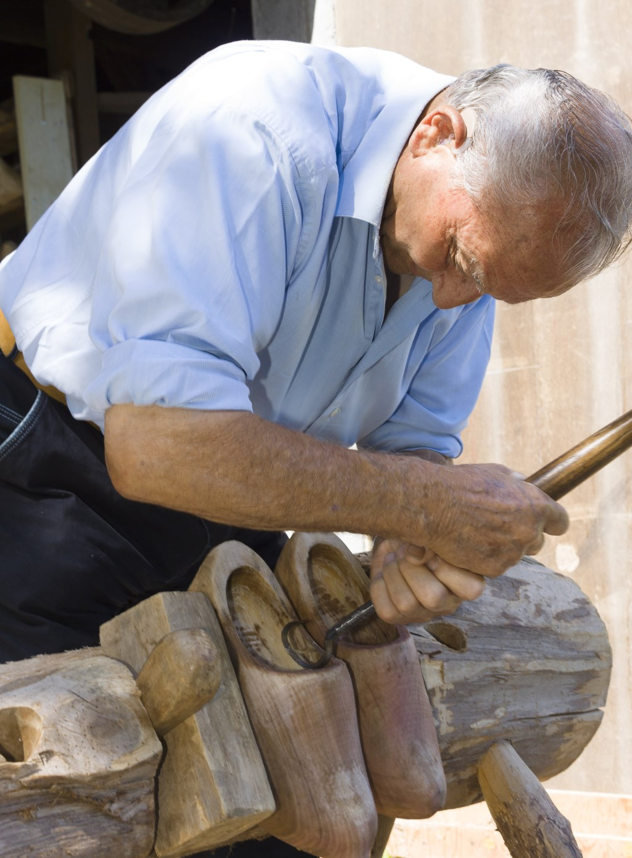 Klompenmaker Jo Hilderink uit Keijenborg aan het werk. Foto: PR