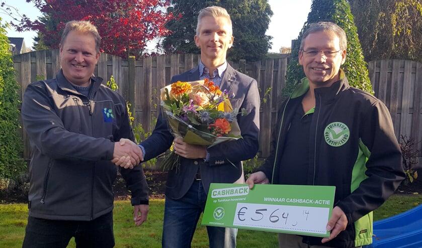 Namens Spieker Hoveniers reikt René Spieker de prijs uit aan winnaar Te Brake. Foto: PR