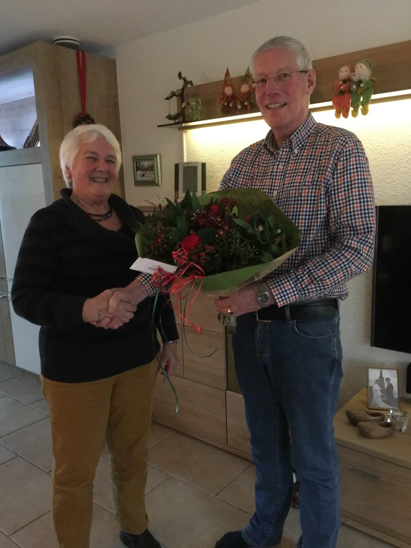 Jeanette van der Heij krijgt de bloemen van René Bartelink. Foto: Eigen foto