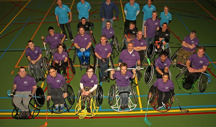 De rolstoelhockeyers, hun begeleiders, coachers zij blij met hun nieuwe shirtsponsor Harold Achterkamp. Foto: Liesbeth Spaansen