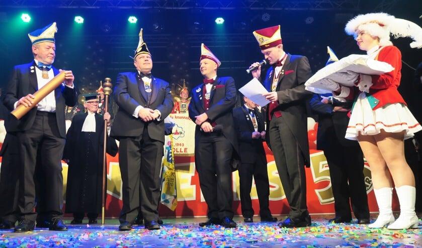 Grollenaar Peter Gunnewijk (tweede van links op de voorgrond) wordt verblijd met de hoogte verenigingsonderscheiding: 'De Hoesorde'. Foto: Theo Huijskes