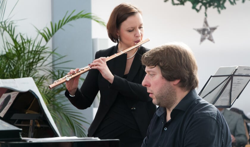 Dwarsfluitiste Magdalena Katziolka wordt begeleid op de piano door dirigent en pianist Christo Guenov. Foto: Henk Derksen