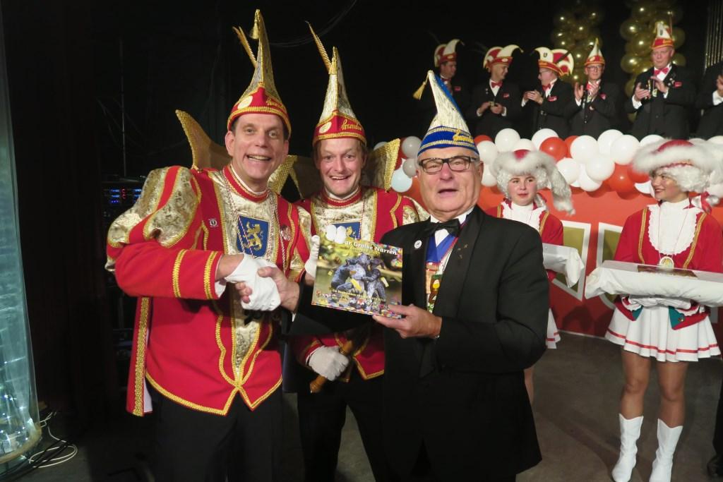 Het huidige Prinsenpaar overhandigt de tweede editie van het jubileumboek aan carnavalist van het eerste uur: Cees van der Zant. Foto: Theo Huijskes Foto: Theo Huijskes © Achterhoek Nieuws b.v.